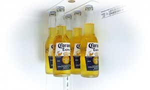 Magnetic bottle hanger for your fridge – dedicated space for your six pack