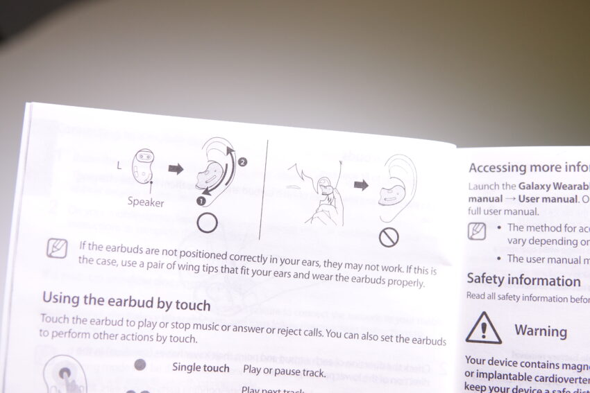 Instructions for the Samsung Galaxy Buds Live showing how to fit them.